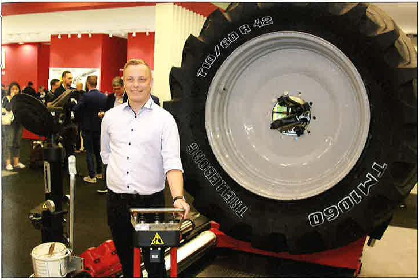 Sælger Rasmus Andersen ved Corghis nyeste stærke dækskifter til de helt store dæk. Også Corghi Artiglio Master Code med sine fuldt automatiserede arbejdsfunktioner blev demonstreret på standen i Bologna. Fuldt dækskifte af alle dæktyper - uden montørens indblanding.